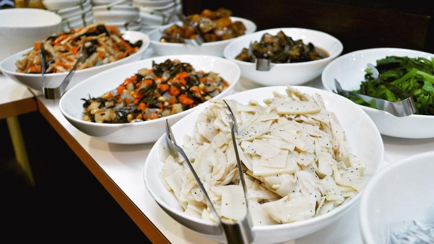 【朝食バイキング一例】地元食材も取り入れた、バランスの良い朝ごはんをお召し上がり下さい。