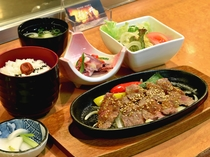 【夕食一例】焼肉定食 スタミナばっちり!ボリュームたっぷり!