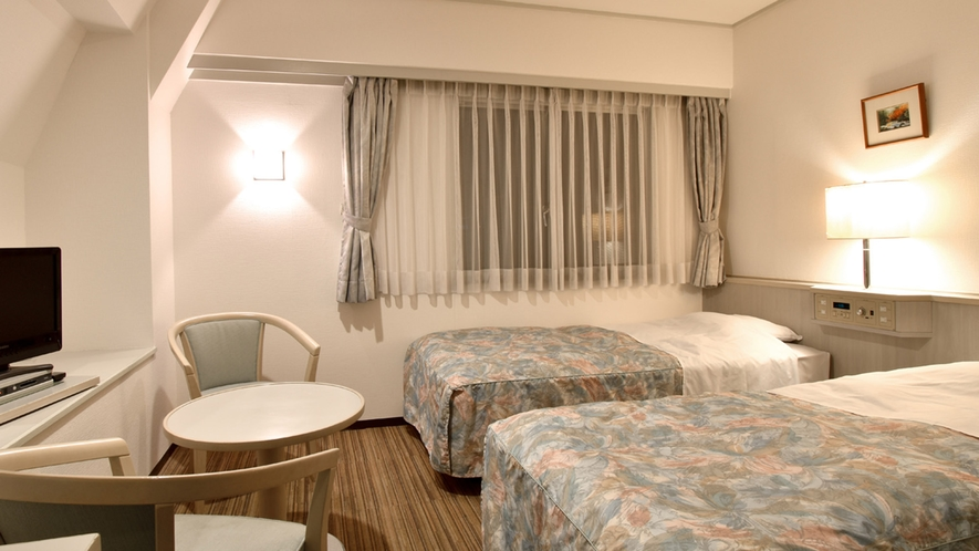 【ツイン一例】シンプルなお部屋。19型液晶TV・Wi-Fi接続も可能です☆