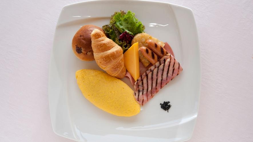 朝食イメージ・洋食の卵料理はオムレツか目玉焼きの焼き立てを。