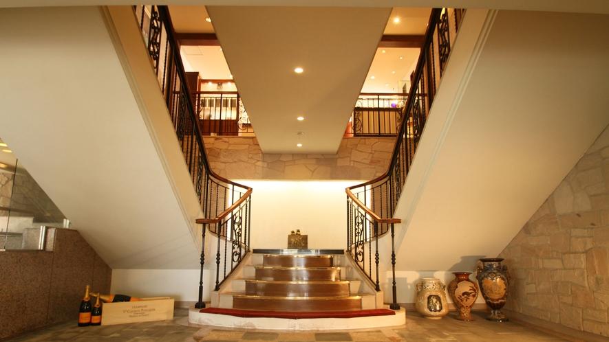 エントランスから回廊風の階段を歩みフロントへ。
