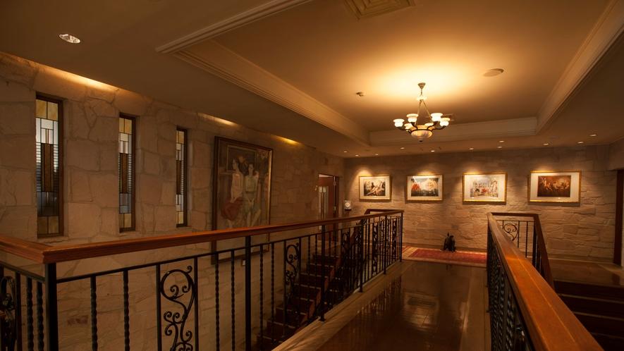 ルイ・イカールの作品が至るところに飾られています