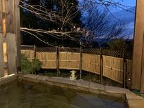 庭の貸切露天風呂前