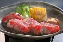 料理長が自らお肉の質を厳選して仕入れた黒毛和牛陶板焼き