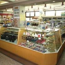 【売店 サンスマイル】(営業時間 7:00~21:00)ロビーフロアにあり。