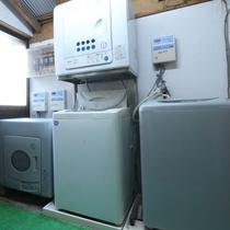 【本館ランドリー】洗濯機40分 100円、 乾燥機30分 100円でご利用いただけます。