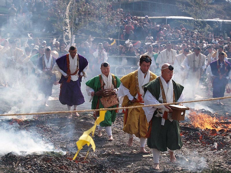 春 (高尾山大火渡り祭)