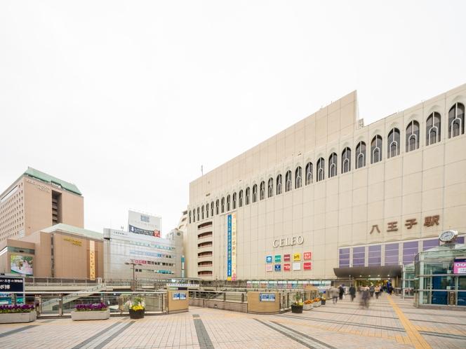 JR八王子駅北口ペデストリアンデッキ「マルベリーブリッジ」と京王プラザホテル八王子