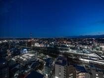 バラエティ豊かな旅客列車や貨物列車が行き交うJR八王子駅や西東京の夜景をお楽しみいただけます。