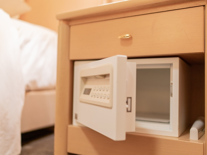 貴重品などはベッドサイドにあるセーフティーボックス(暗証番号型)へ
