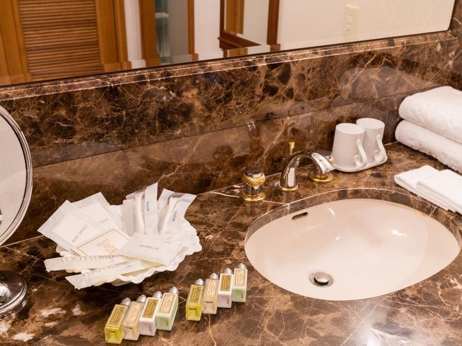 バスルームから独立した女性にうれしい広々とした洗面台