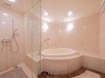 シャワーブースを備えたスイートルームのバスルーム