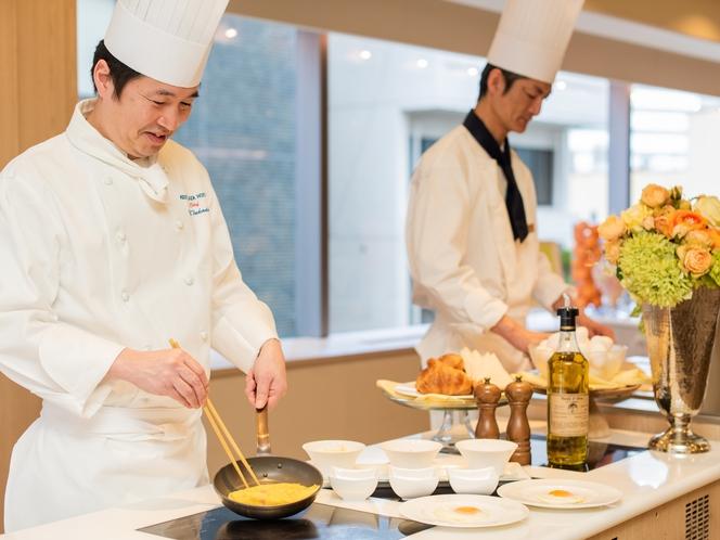 レストラン<ル クレール>目の前で作り上げるシェフのオムレツはアツアツのままお楽しみいただけます。