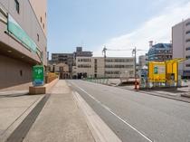 約158台収容の地下駐車場(高さ制限あり)と屋外駐車場(高さ制限なし)をご用意しております。