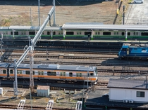 横浜線や中央線の列車のほか、貨物列車も行き交う鉄道ファンの聖地、JR八王子駅を眺めることができます。
