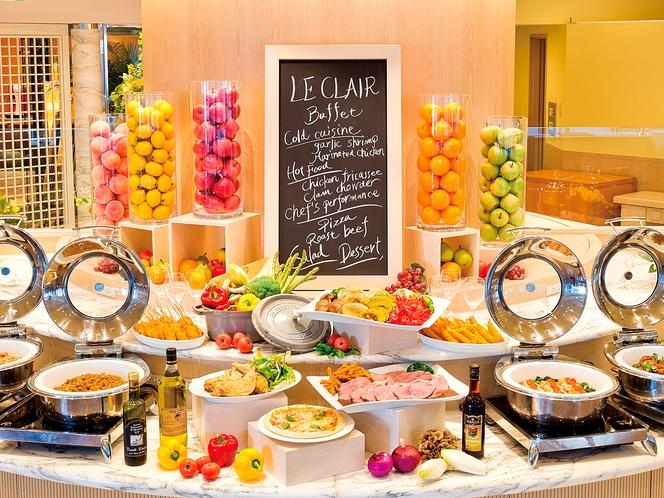 レストラン<ル クレール>ご朝食は豊富なメニューの和洋バイキングをお楽しみください。