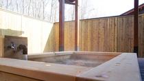 <新館ヒノキの露天風呂付き離れ>源泉かけ流しを存分にお楽しみください。