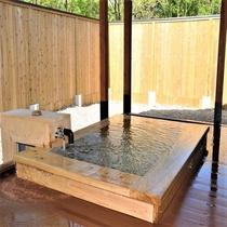 <新館ヒノキの露天風呂付き離れ>お風呂は露天風呂と内湯がございます。