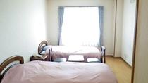 *洋室一例/大きな窓から光の入る、明るいツインルーム。wi-fiあり!
