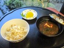 【夕食例(鯛炊込みご飯・香の物2種・赤出汁)】