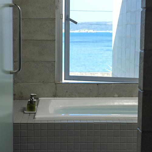 開放的な浴室