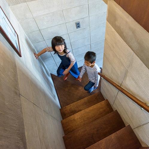 床や階段は温かみあるラワンを使用