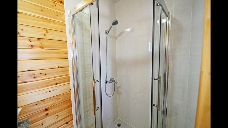 【バストイレ】ガラスで仕切られたシャワーブース