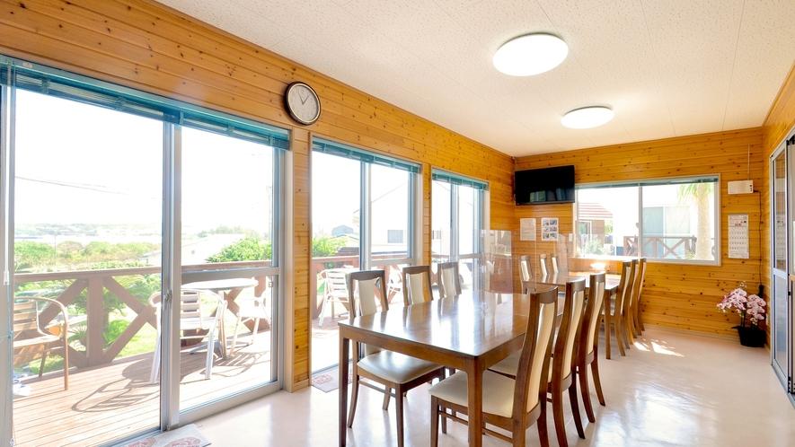 【フロント棟】朝食会場はこちら。大窓が並ぶ採光の良い空間でお食事をお楽しみください。