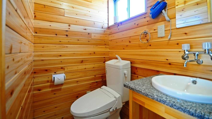 【バストイレ】明るく清潔感のあるトイレ