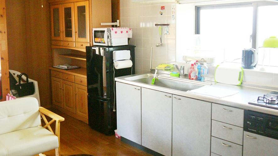 【ダイニングキッチン】調理家電があり、自炊も可能です