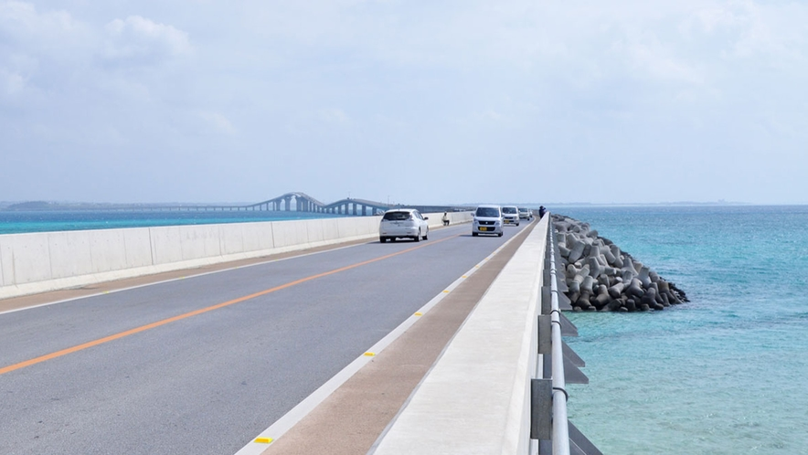 【周辺】伊良部大橋からの景色。青い綺麗な海と宮古と伊良部を結ぶまっすぐのびた橋はオススメスポット!