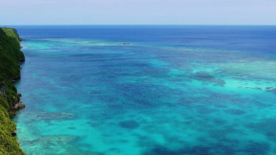 【周辺】絶景ポイントの三角点。コントラストの美しい海が広がります