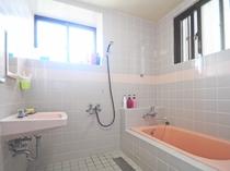 【バスルーム】お風呂に浸かって旅行の疲れを癒してください。