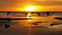 【周辺】佐和田の浜夕日。遠浅の浜に夕日が美しく映ります