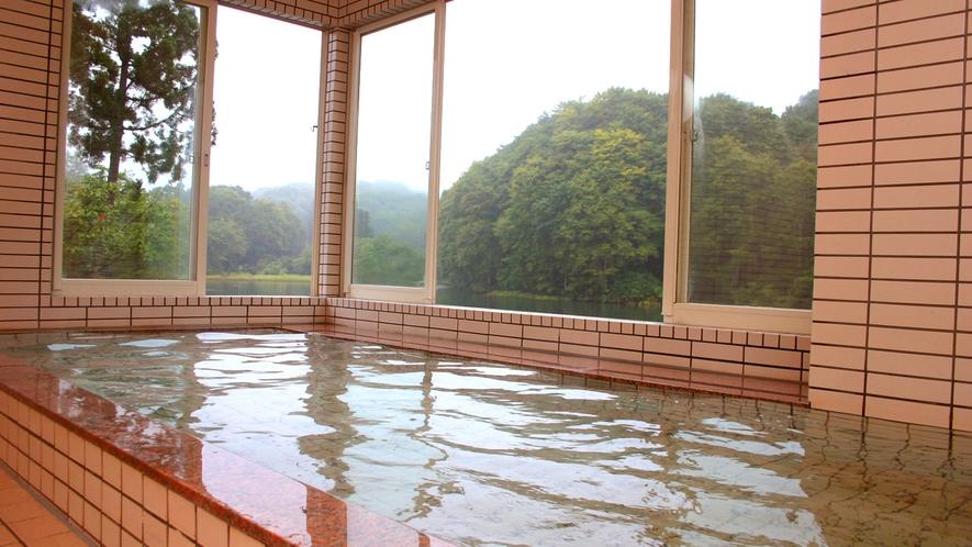 【天然温泉】五色沼湖畔が一望できる自慢の展望風呂は天然温泉です。