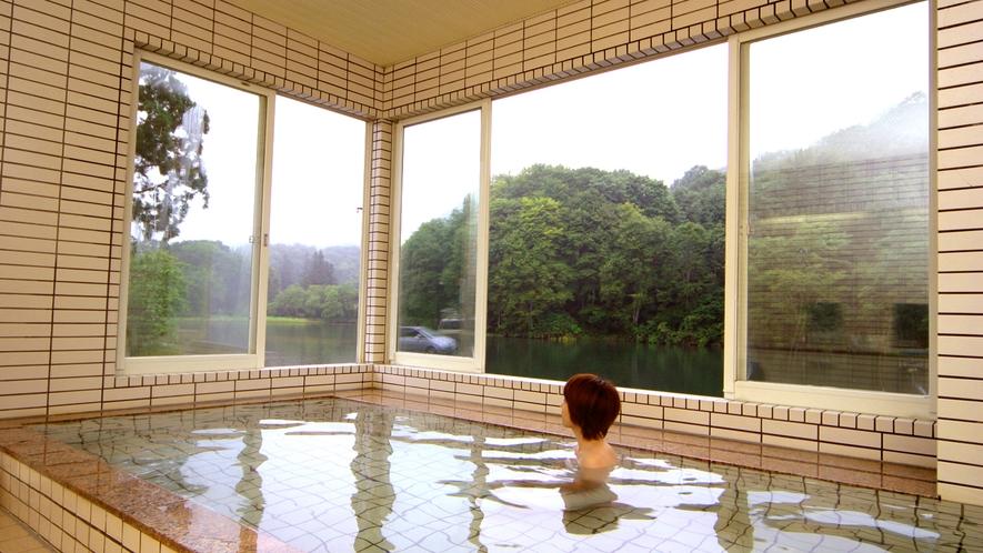 【天然温泉】湯船に浸かりながら姥ケ岳を望みエメラルドグリーンに輝く五色沼を楽しめます。
