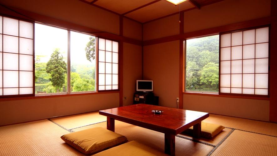 【お部屋一例】美しい自然に囲まれてリラックス。落ち着きのある和室でお寛ぎください。