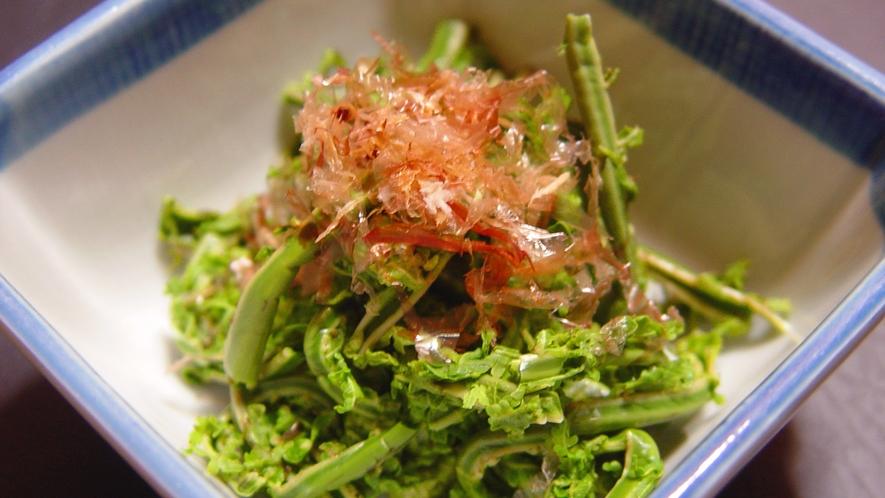 【お料理一例】季節ごとに採れる山菜や、きのこが並ぶ山間ならではの深山料理。