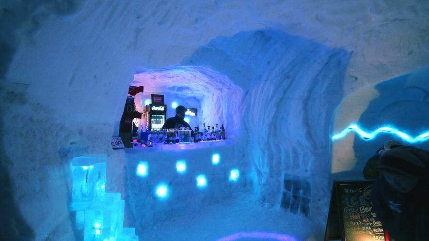 【雪旅籠の灯り】雪と氷にLEDを使い、幻想的な空間と雰囲気を体感できるアイスバー