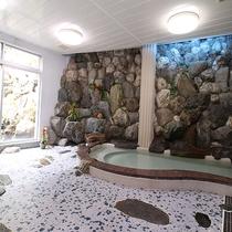 *[巌風呂]館内に1箇所ございます。岩のお風呂で疲れを癒して下さい。