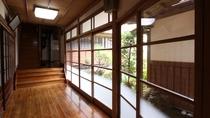 *[館内]古き良き歴史を感じる館内の廊下(一例)