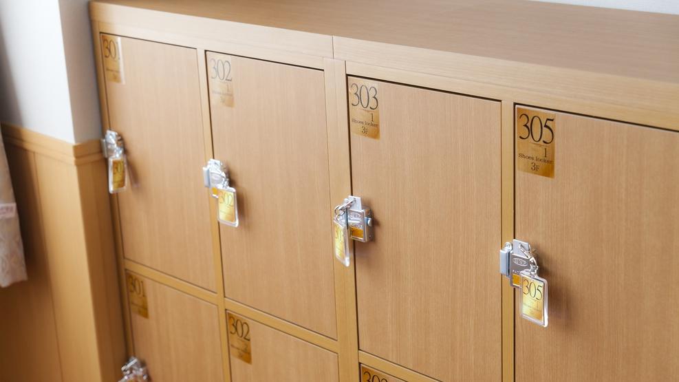 *【下駄箱】客室階のエレベーター横に下駄箱がございます。靴を入れて素足でお部屋へどうぞ!