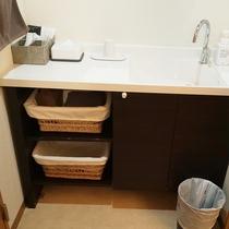 【部屋設備】シックなデザインで落ち着きのある洗面台
