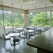 【談話室】宿の周囲は豊かな緑に囲まれています