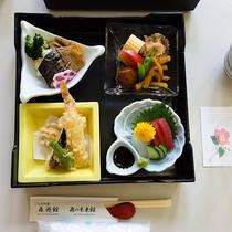 【松花堂弁当一例】刺身、天ぷら等の和食メニューです