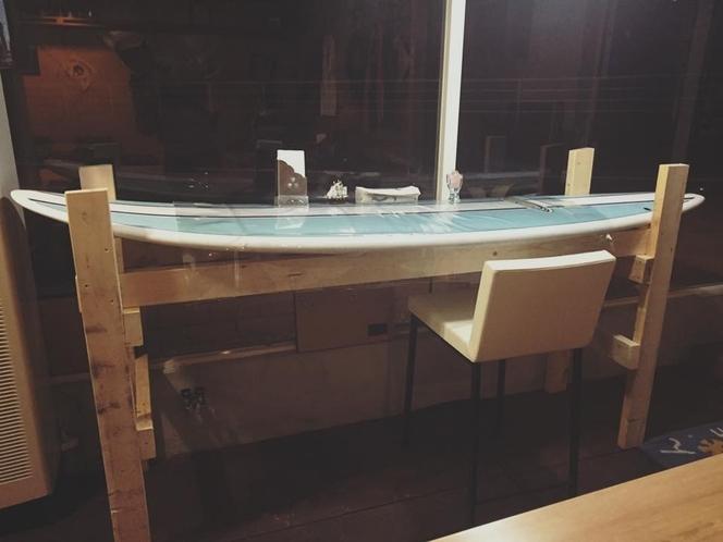 サーフボードの窓際カウンター