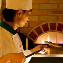 ■本格石窯ウッドバーニングオーブンで焼くピザ