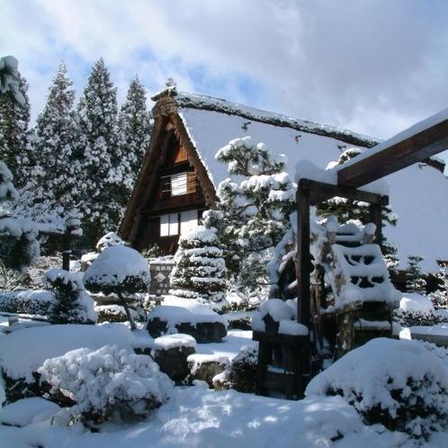 ◆【下呂温泉合掌村の雪景色】雪をかぶった風情ある合掌造り