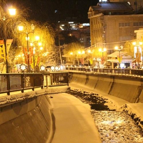 ◆【冬の温泉街】ほのかに灯る雪行灯、ハートの行燈を見つけると願いがかなうと言われている