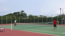 *キャンプ村内にテニスコートを完備